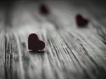 Amore di media dei cuori che mette su vecchio di legno Immagini Stock