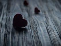 Amore di media dei cuori che mette su vecchio di legno Immagini Stock Libere da Diritti