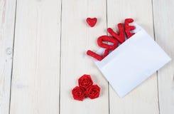 AMORE di parola su fondo di legno bianco Concetto del giorno del ` s del biglietto di S. Valentino Immagini Stock Libere da Diritti