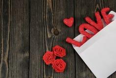 Amore di parola su fondo di legno Concetto del giorno del ` s del biglietto di S. Valentino Fotografia Stock