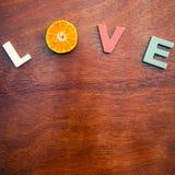 Amore di parola su un bordo di legno Immagine Stock Libera da Diritti
