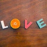 Amore di parola su un bordo di legno Fotografie Stock Libere da Diritti