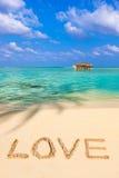 Amore di parola sulla spiaggia fotografie stock libere da diritti