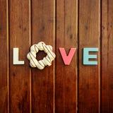 Amore di parola sulla tavola di legno Immagini Stock