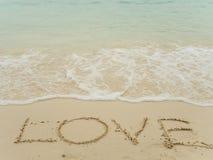 Amore di scrittura sulla spiaggia fotografia stock libera da diritti
