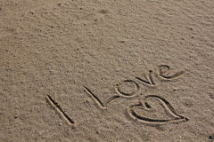 Amore e cuore nella sabbia della spiaggia Fotografia Stock