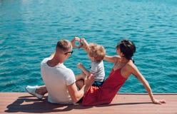Amore e fiducia come valori familiari amore del cuore felice di forma della famiglia delle mani in mare fotografia stock libera da diritti