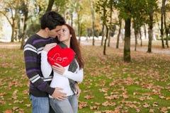 Amore ed affetto fra una giovane coppia Immagine Stock