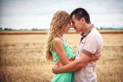Amore ed affetto fra una giovane coppia Immagini Stock Libere da Diritti