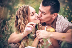 Amore ed affetto fra una giovane coppia Immagini Stock