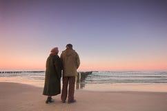 Amore ed oceano degli anziani Immagine Stock