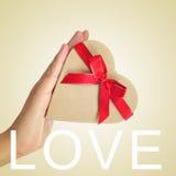 Amore in forma di cuore di parola e del regalo Fotografie Stock Libere da Diritti