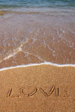 Amore scritto in sabbia della spiaggia fotografia stock