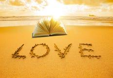 Amore scritto in sabbia fotografia stock