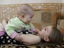 Amore Sisterly fotografie stock libere da diritti