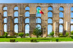 Amoreira akvedukt och flagga av Portugal i Elvas Royaltyfri Fotografi