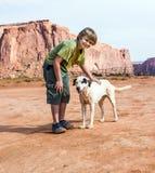 Amores do cão a ser abraçados pelo turista Fotos de Stock Royalty Free