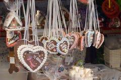 Amores suspendidos en parada en el mercado de Navidad, Stuttgart Imágenes de archivo libres de regalías