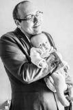 Amori paterni il suo neonato Immagini Stock Libere da Diritti