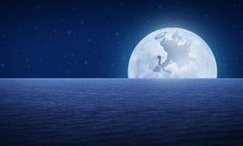 Amorka cień na księżyc fantazi nocnym niebie, miłości pojęcie Zdjęcia Royalty Free