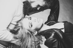 amorousness Het sensuele paar stellen stock foto's