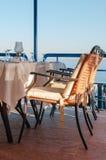Amorti dinant des chaises dans un restaurant de luxe donnant sur T Images stock
