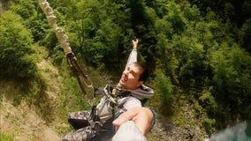 Amortiguador auxiliar de salto del hombre alegre del acantilado almacen de video