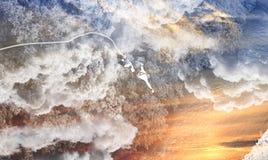 Amortiguador auxiliar que salta en el abismo, simultáneamente salto en nubes y agua fotos de archivo libres de regalías