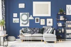 Amortiguador gris del nudo en el sofá imagen de archivo