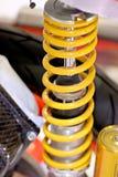 Amortiguadores de choque amarillos de la motocicleta. Fotos de archivo libres de regalías