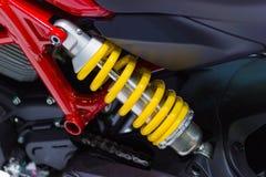 Amortiguadores de choque amarillos de la motocicleta Foto de archivo