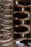 Amortiguadores de choque automotrices del cigüeñal y de las primaveras en el piso engrasado Foto de archivo