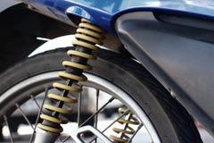 Amortiguadores de choque de motocicletas amarillas en el parque Imagen de archivo