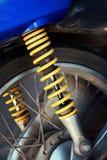 Amortiguadores de choque de motocicletas amarillas en el parque Foto de archivo libre de regalías