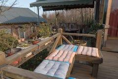 Amortiguadores en banco de madera en cubierta al aire libre Fotos de archivo libres de regalías