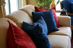 Amortiguadores que se reclinan sobre el sofá formal Imagen de archivo libre de regalías