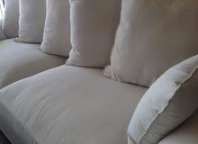 Amortiguadores sobre el detalle del sofá Foto de archivo