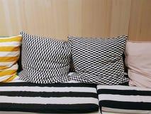 Amortissement des sièges avec les oreillers modelés contre le mur en bois sur le dos photos libres de droits