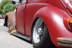 Amortisseur arrière de vieille de rouge voiture rouillée de VW Volkswagen vu pour la restauration dans le parking public Photographie stock libre de droits