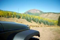 Amortisseur avant d'une jeep noire outre de route dans le Colorado Photographie stock
