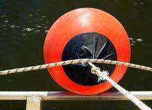 Amortisseur de bateau et eau de rivière débordante Photo stock