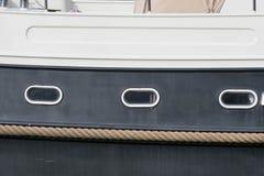 Amortisseur de corde du côté d'un bateau Photos stock