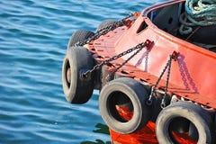 Amortisseur de pneu sur le tugbooat Photographie stock libre de droits
