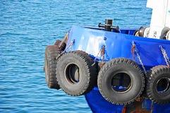 Amortisseur de pneu sur le tugbooat Photographie stock