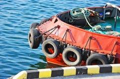 Amortisseur de pneu sur le tugbooat Photos stock
