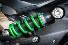 Amortisseur moderne de moto un dispositif pour absorber des secousses et des vibrations, particulièrement sur un véhicule à moteu Photos libres de droits