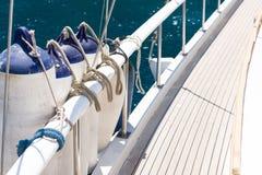 Amortisseurs d'amarrage attachés à la balustrade sur le bateau Les éléments de Images libres de droits