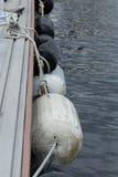 Amortisseurs de bateau sur le dock Image libre de droits