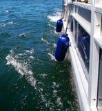 Amortisseurs en caoutchouc bleus sur le bateau de ponton sur le lac Images libres de droits