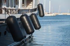 Amortisseurs gonflables en caoutchouc noirs de bateau Images libres de droits